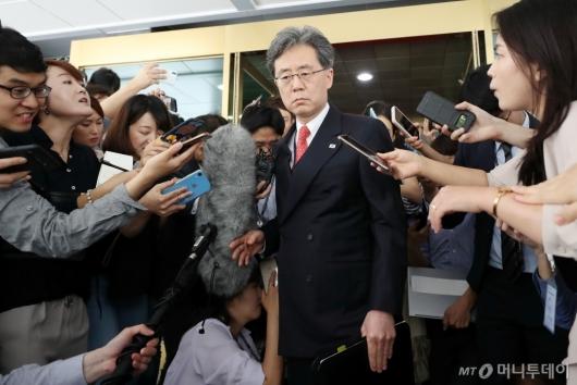 [사진]정부서울청사 나서는 김현종 국가안보실 2차장