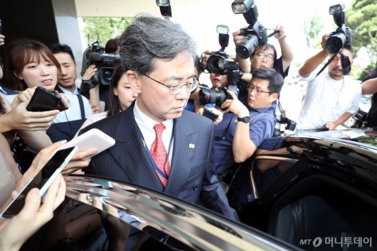 [사진]청사 나서는 김현종 국가안보실 2차장