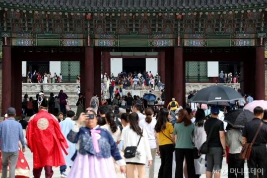 [사진]경복궁 찾은 관광객들