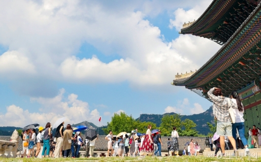 [사진]경복궁 둘러보는 관광객들