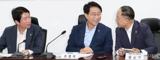 [사진]예산안 편성 관련 대화하는 이인영-홍남기