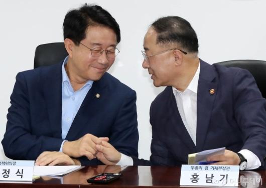 [사진]손잡은 홍남기-조정식