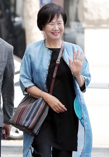 [사진]지지자들에게 인사하는 손혜원