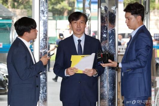 [사진]검찰개혁안 발표하는 조국