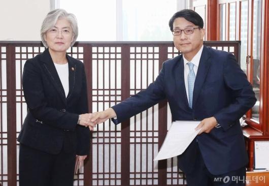 [사진]악수하는 강경화 외교부장관-윤상현 외통위원장