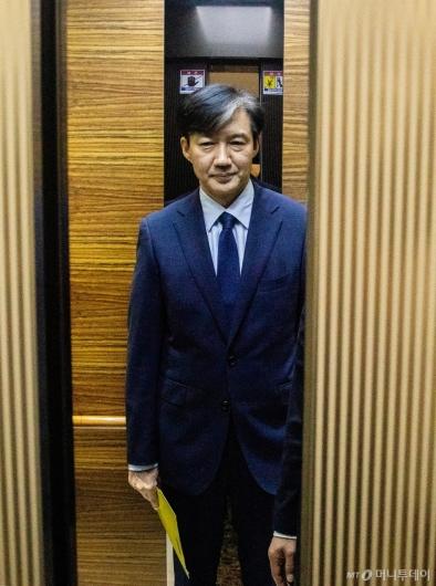 [사진]승강기 탄 조국 법무장관 후보자