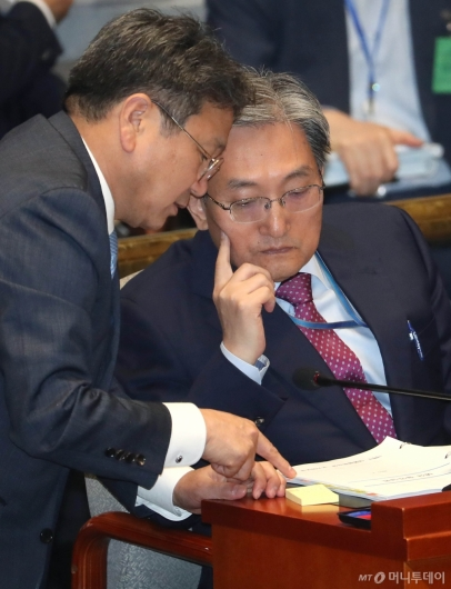 [사진]예결위 대화하는 노영민-강기정