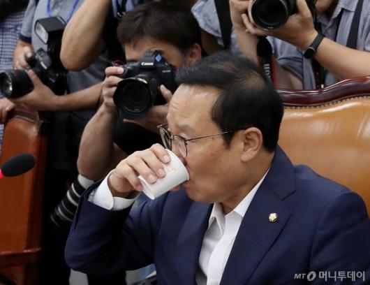 [사진]물 마시는 홍영표 위원장