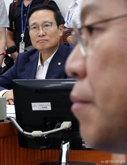 [사진]생각에 잠긴 홍영표-장제원