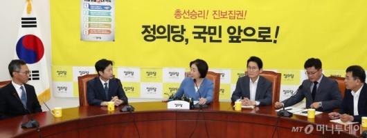 [사진]조국 청문회 준비단과 이야기 나누는 심상정