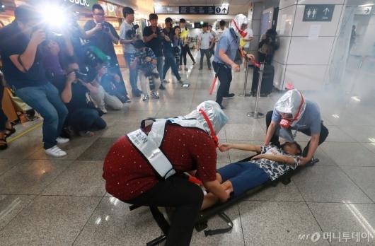 [사진]'테러 대응' 지하철 재난대비 훈련 개최