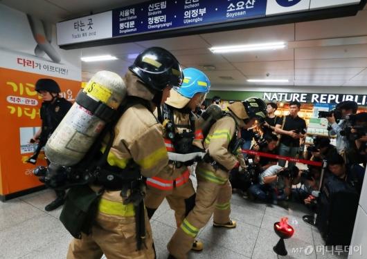 [사진]대테러 지하철 재난대비 훈련