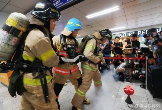 [사진]대테러 지하철 재난대비 훈련 개최