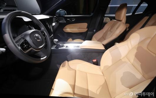 [사진]볼보 S60의 편안한 운전석