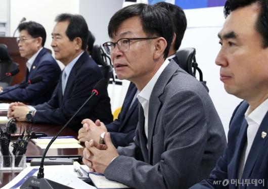 [사진]일본 수출규제 관련 발언하는 김상조