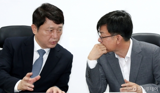 [사진]일본수출규제대응 머리 맞댄 최재성-김상조