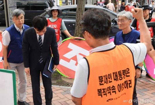 [사진]고개숙인 김상조 정책실장