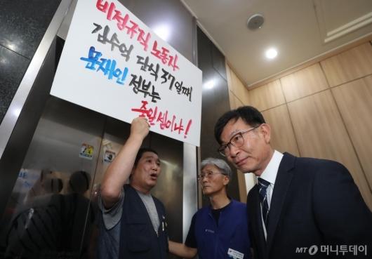 [사진]비정규직 노동자 목소리 듣는 김상조