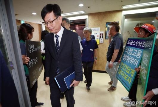 [사진]승강기 오르는 김상조 정책실장