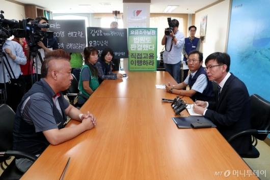 [사진]노조원들과 대화하는 김상조