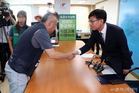 [사진]노조원들과 악수하는 김상조
