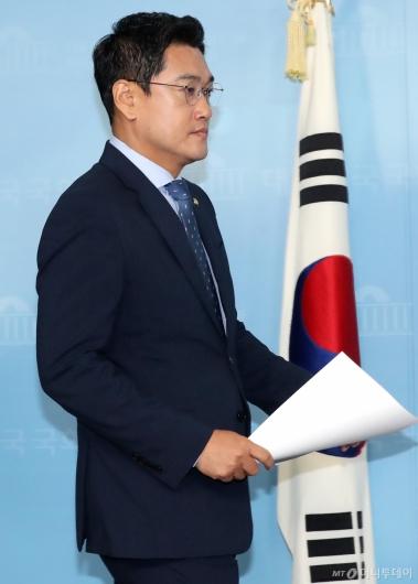 [사진]오신환, 굳은 얼굴로 기자회견