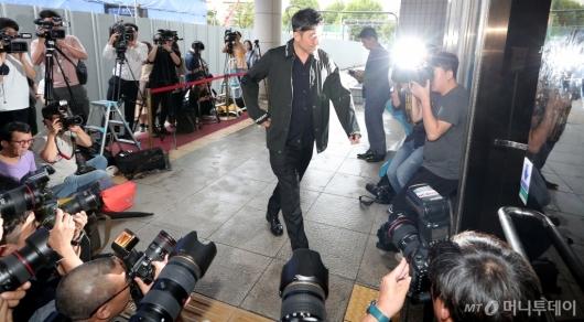 [사진]'보복운전 혐의' 선고공판 출석하는 최민수