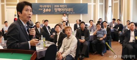 [사진]강연하는 이인영 원내대표