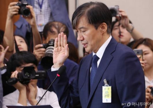 [사진]선서하는 조국 법무부 장관 후보자