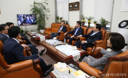 [사진]조국 청문회 시청하는 자유한국당