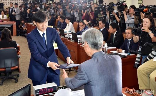 [사진]선서문 제출하는 조국