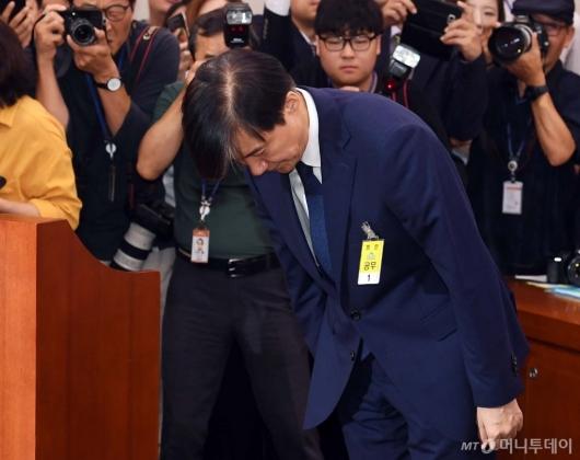 [사진]고개 숙여 인사하는 조국 후보자