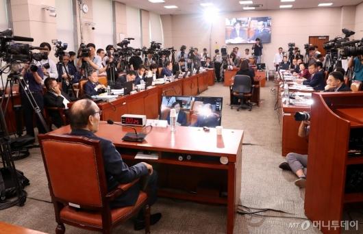 [사진]김형갑 웅동학원 이사 증인 출석