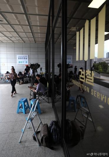 [사진]조국 후보자 부인 소환 대비하는 취재진들
