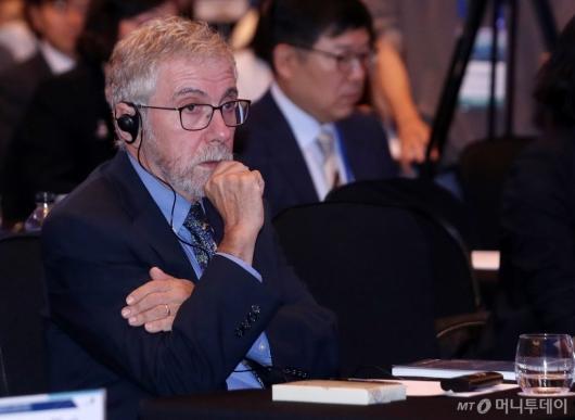 [사진]개회사 듣는 폴 크루그먼 교수