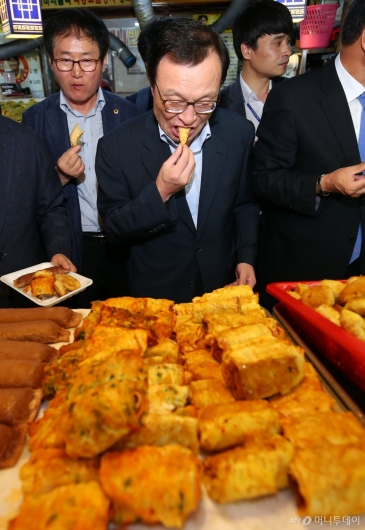 [사진]튀김 맛보는 이해찬 대표