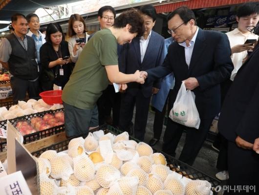 [사진]과일 구매하는 이해찬 대표