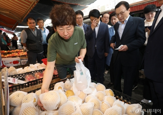 [사진]전통시장 방문해 과일 구매하는 이해찬