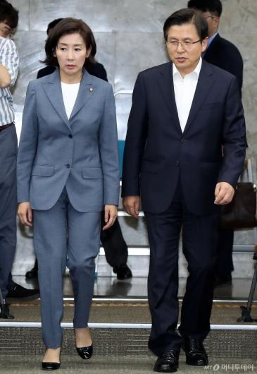 [사진]긴급의총 참석하는 황교안-나경원