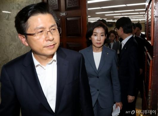 [사진]긴급의원총회 마친 황교안-나경원