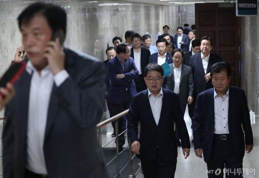 [사진]긴급의원총회 마친 자유한국당