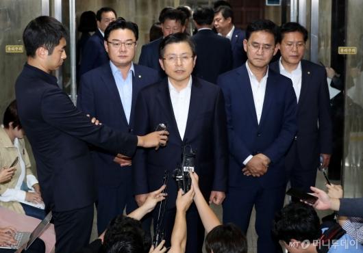 [사진]조국 장관 임명 관련 발언하는 황교안
