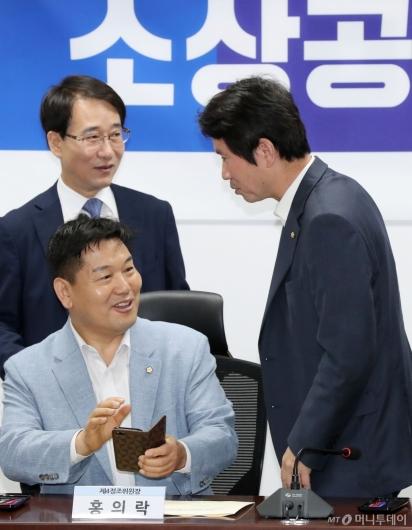 [사진]이야기 나누는 이인영-홍의락