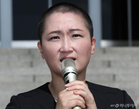 [사진]이언주, 삭발하며 조국 장관 임명에 항의