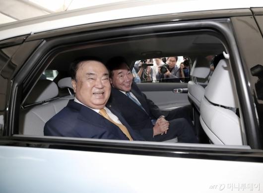 [사진]수소 택시 탑승한 이낙연-문희상