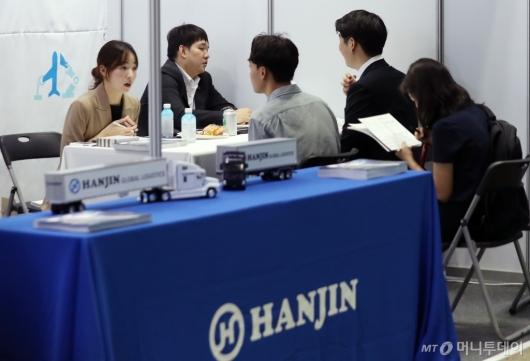 [사진]채용상담하는 취업준비생들