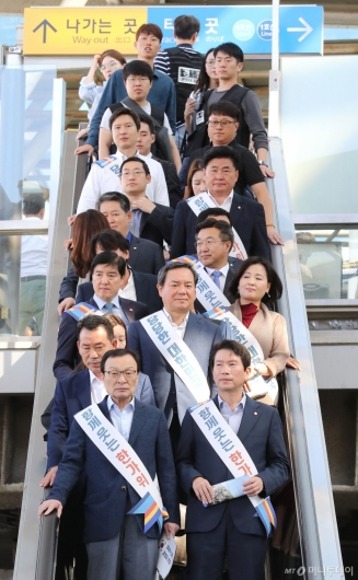 [사진]서울역에서 시민들 만나는 더불어민주당
