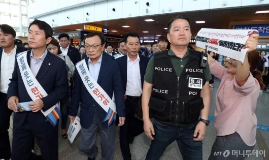 [사진]항의 받는 이해찬 대표