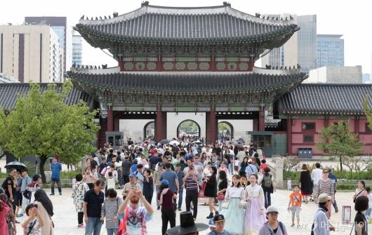 [사진]추석연휴 마지막 날 '북적이는 경복궁'
