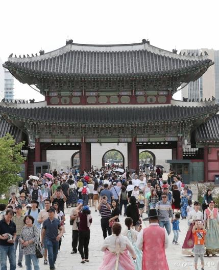 [사진]추석연휴 마지막날 '경복궁 찾은 관광객들'